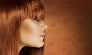 闭着眼的金发美女侧面摄影高清图片