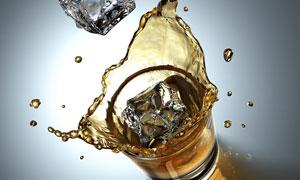 冰块与酒杯飞溅瞬间特写高清摄影图片