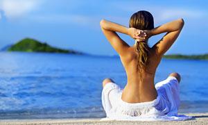 面朝大海席地而坐的美女高清摄影图片