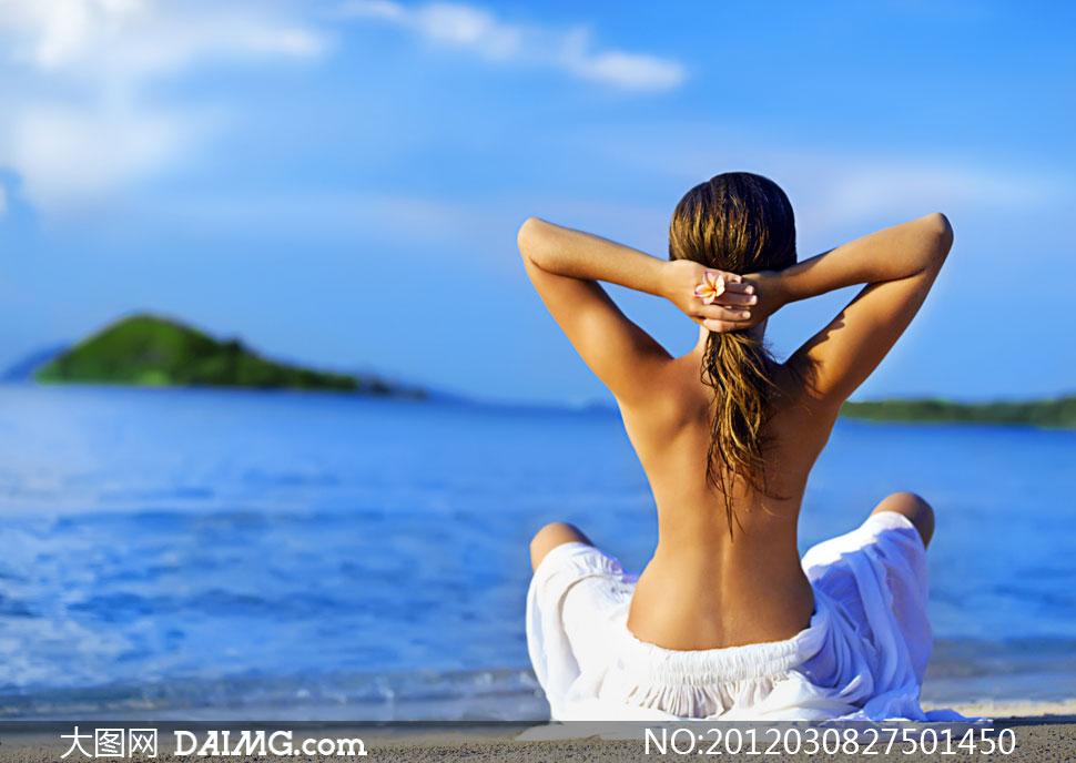 背影背部半裸沙滩海滩大海海面海边花朵头发长发沙子