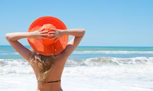 头戴太阳帽的比基尼美女背影高清摄影图片