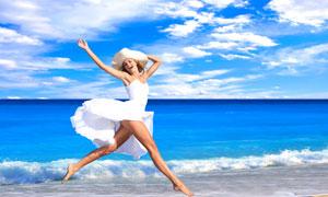 海边身穿白色连衣裙的女子高清摄影图片