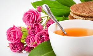 茶水茶杯与玫瑰花朵高清摄影图片