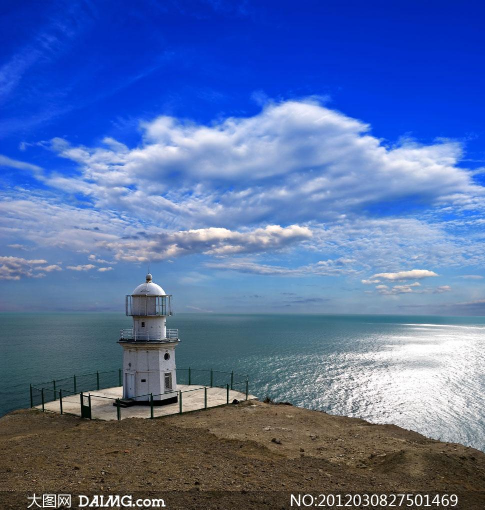蓝天白云大海边上的灯塔高清摄影图片
