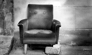 靠墙放着的废弃沙发高清摄影图片