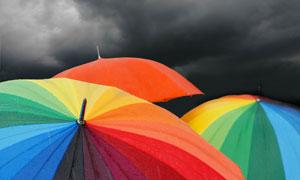 乌云笼罩下的彩色雨伞高清摄影图片