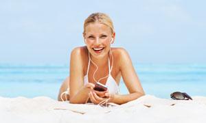 夏天海滩上度假的美女人物高清摄影图片