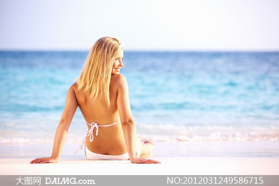 海边双手撑地的比基尼美女高清摄影图片