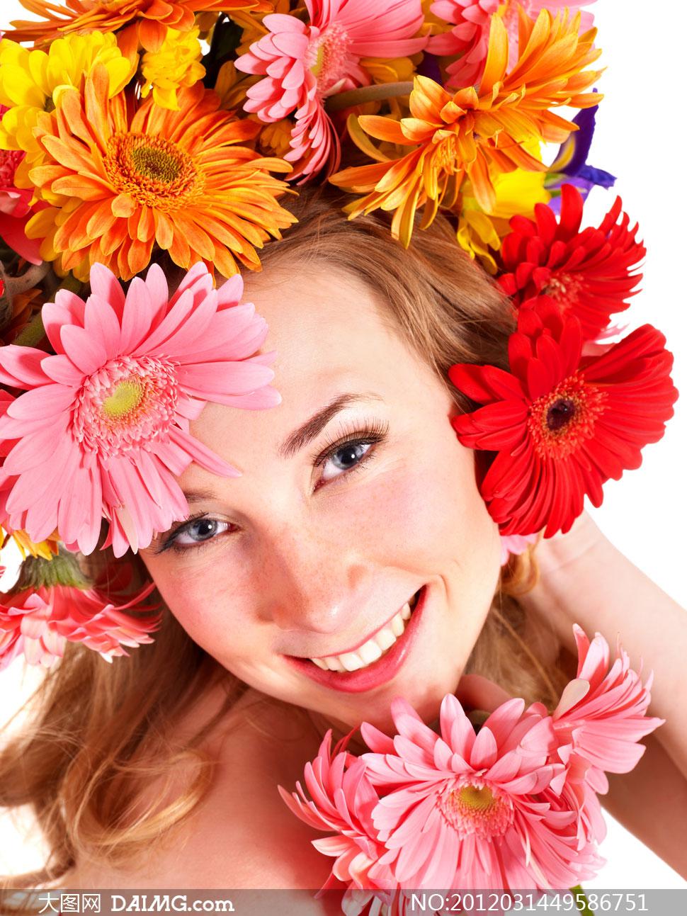 被鲜艳花朵簇拥下的美女人物高清摄影图片