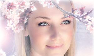 春天桃树枝下的外国美女人物高清摄影图片