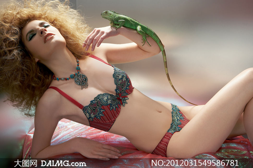 手臂上托着蜥蜴的内衣美女高清摄影图片