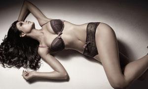 躺在地上的性感内衣美女摄影高清图片