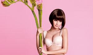 双手拿着花卉植物的美女高清摄影图片