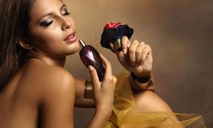 闻香氛的露肩长发女人摄影高清图片