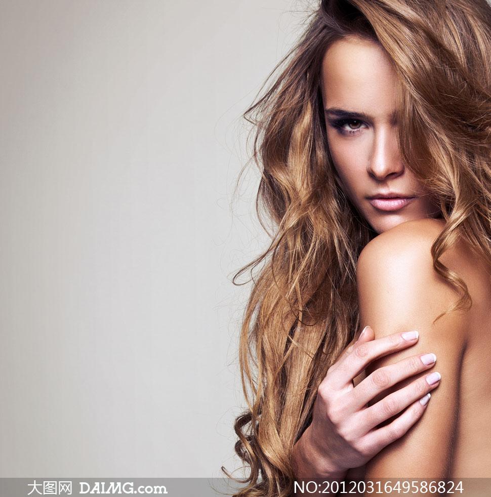 把手放在手臂上的长发美女人物高清图片图片