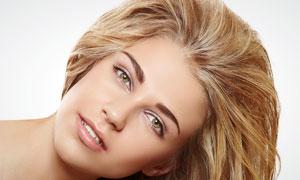 从旁边探出头来的长发美女摄影高清图片