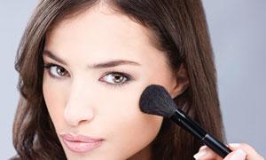 正在化妆的厚嘴唇长发美女摄影高清图片