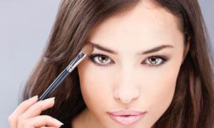 正在化妆的V领秀发美女摄影高清图片