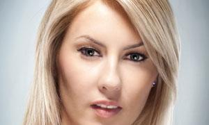 拿着化妆工具的亮泽秀发美女摄影高清图片