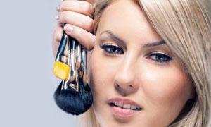 手拿化妆用刷子的美女人物摄影高清图片
