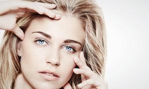双手抚摸脸部的外国美女人物高清摄影图片