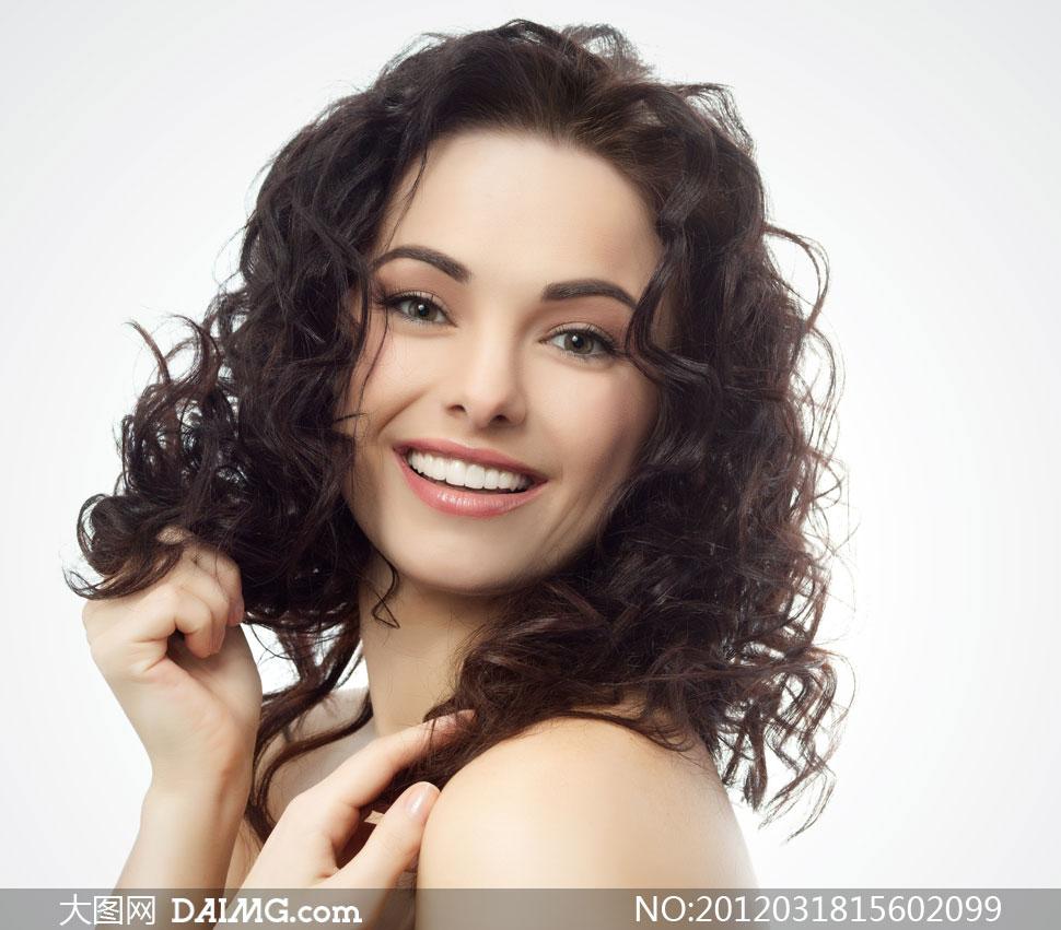 外国黑色卷发美女人物高清摄影图片