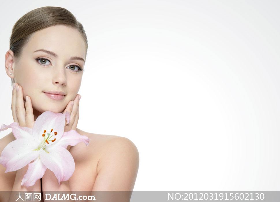 轻抚脸颊的百合花美女人物摄影高清图片
