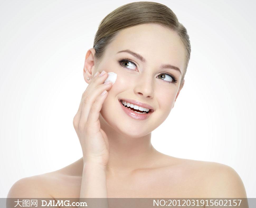 涂抹乳液护肤品的外国美女摄影高清图片