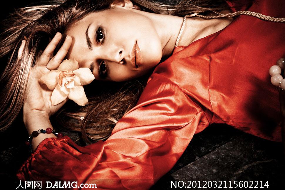 躺着的外国长发美女模特人物高清摄影图片