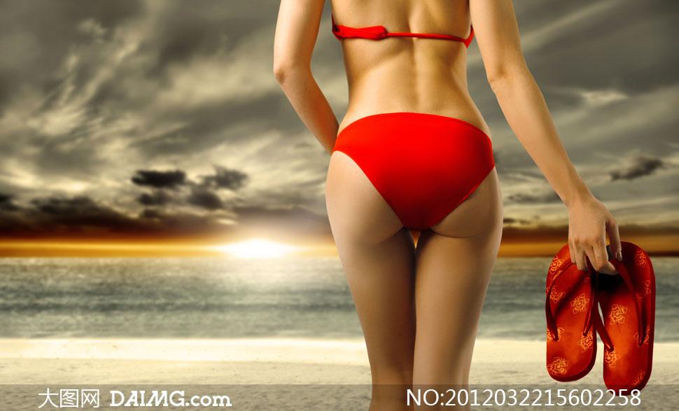 美女背影囹�a�/)9�'_沙滩上拎着拖鞋比基尼美女背影高清图片