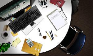 办公桌上的文件袋等杂物PSD分层素材
