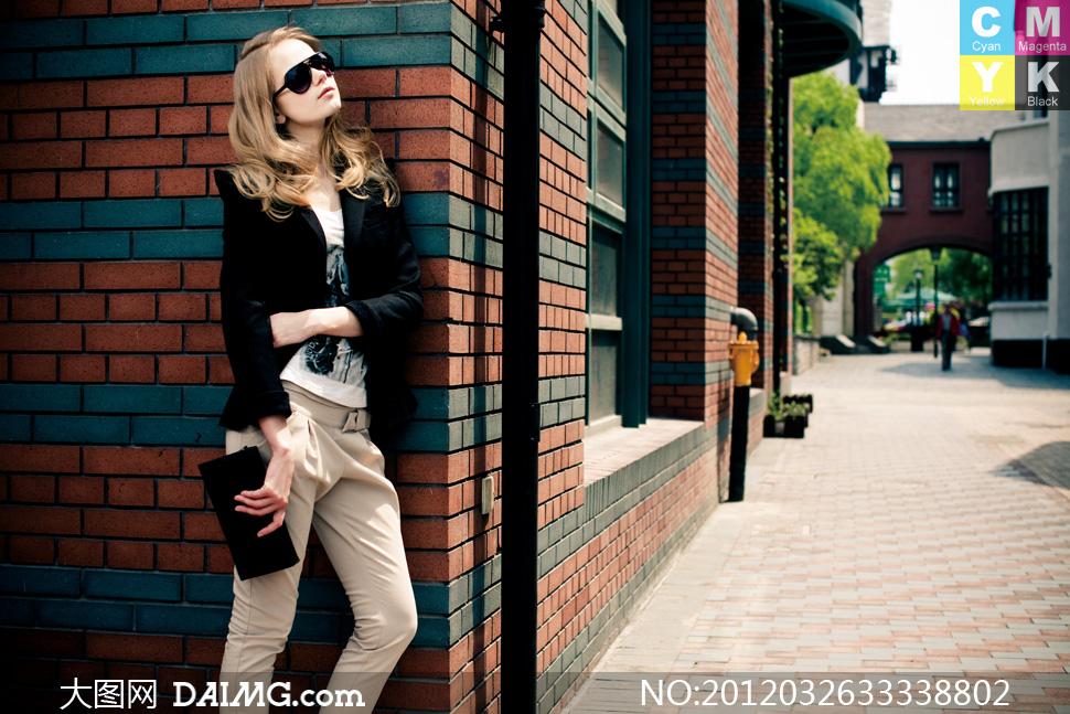 欧美美发金发卷发长发秀发街景街角墙角砖墙墙壁铺砖