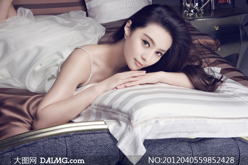 趴在床上的长发美女人物摄影高清图片 大图网
