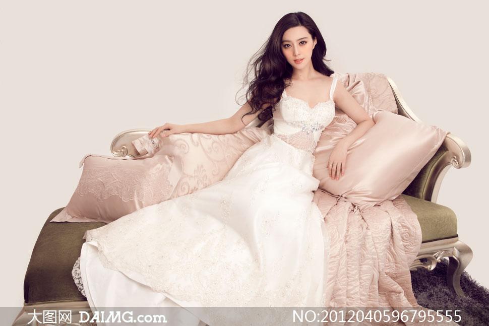 白色礼服美女与沙发枕头摄影高清图片