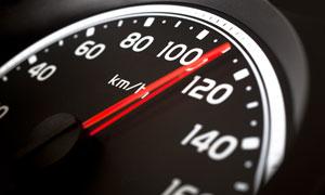 行驶中的汽车速度仪表盘高清摄影图片