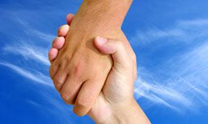 蓝天白云握手的手势高清摄影图片