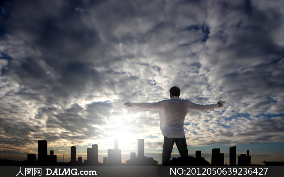 男人背影天空蓝天白云云层云彩多云双臂剪影城市建筑