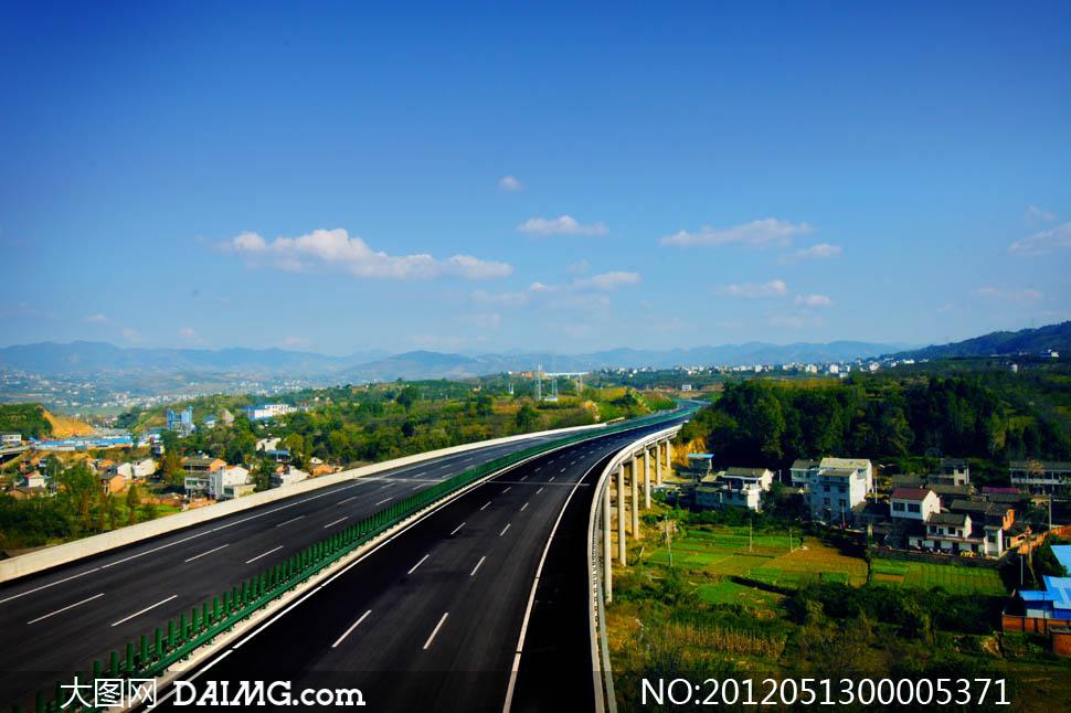 关键词: 高速公路道路十天高速山峦村落绿山蓝天天空树木树林雾气道路