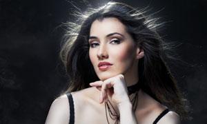 黑色背景前的黑发美女摄影高清图片