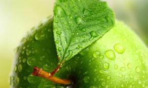 带水珠的青苹果近景摄影高清图片