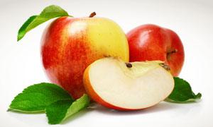 绿叶与红苹果切块摄影高清图片