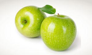 两个光滑新鲜的青苹果摄影高清图片