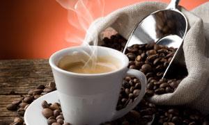 冒着热气的咖啡与咖啡豆摄影高清图片