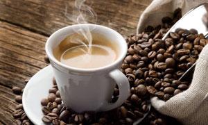 木板上的杯子与咖啡豆摄影高清图片