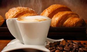 白色咖啡杯与咖啡豆高清摄影图片