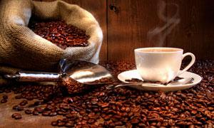 暗红色咖啡豆与麻袋瓷杯摄影高清图片