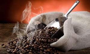 麻袋里冒着热气的咖啡豆摄影高清图片