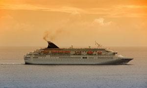 大海上航行的大型游轮高清摄影图片