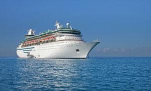 海面上航行的白色游轮摄影高清图片