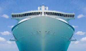大海上迎面驶来的轮船摄影高清图片